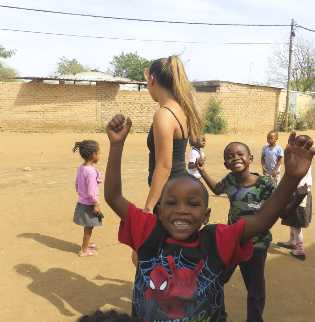 Elever leker med barnehagebarn
