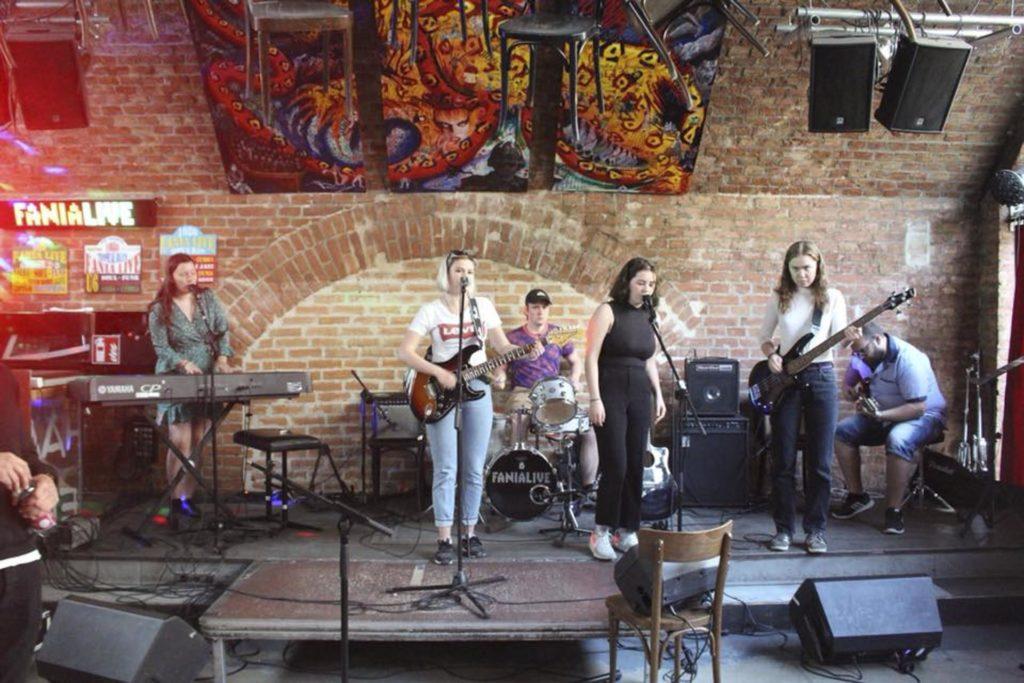 Band på scene foran murvegg