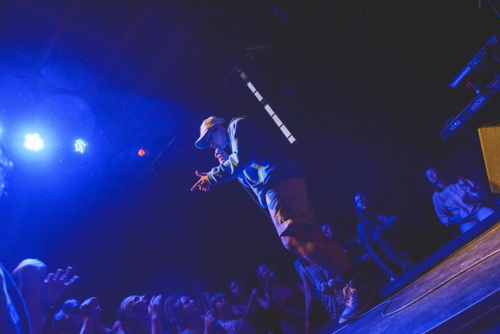 Musiker på scene med publikum
