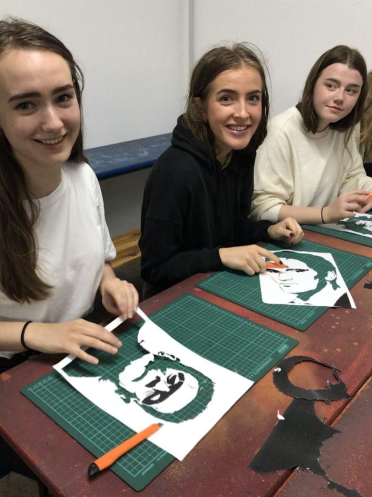 Unge kvinner lager sjablonger til street art