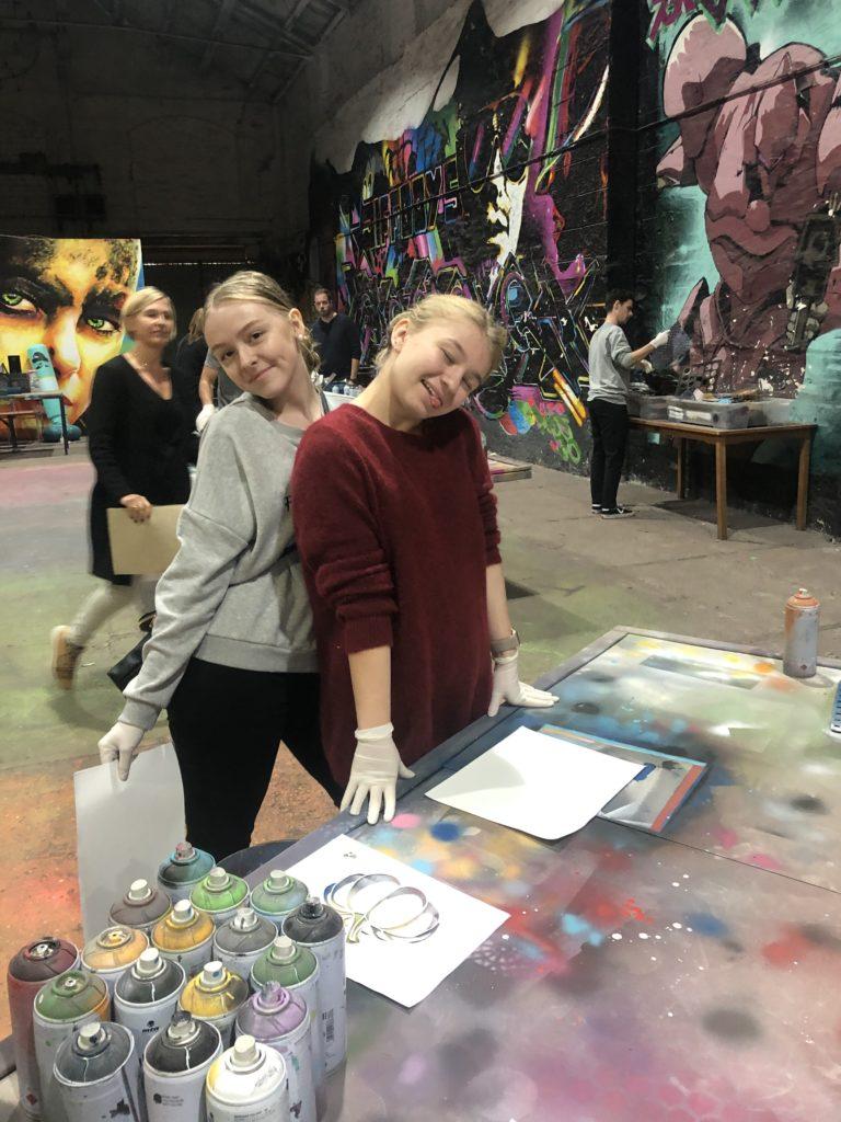 Unge kvinner lager grafitti