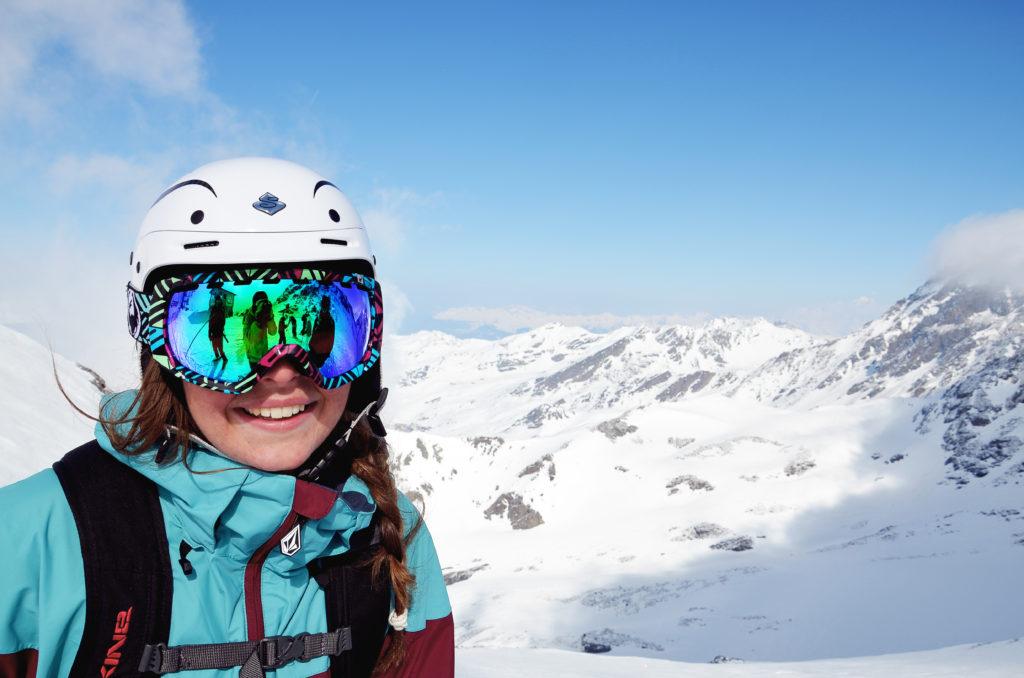 Ung kvinne poserer foran alpefjell