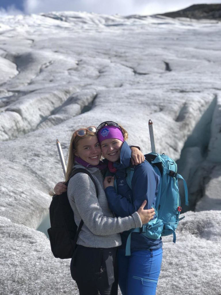 To unge kvinner klemmer på en isbre