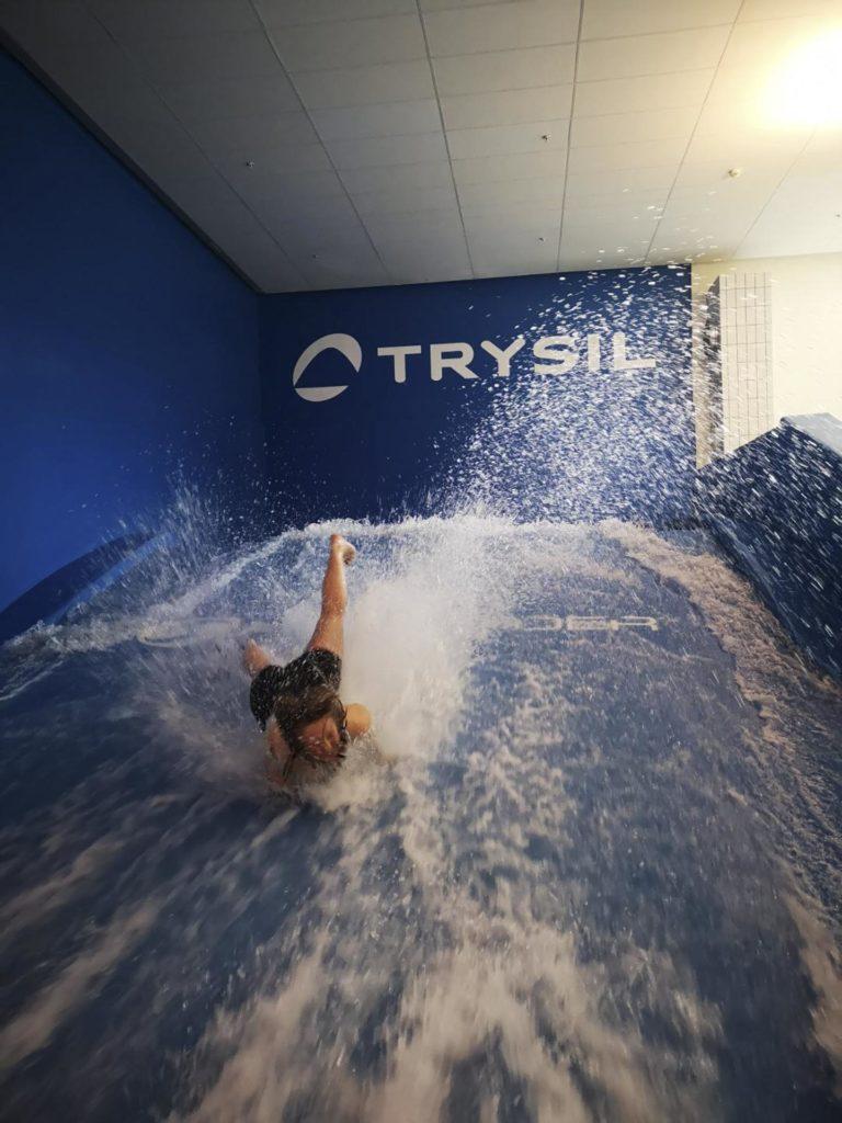 En person ramler av brettet på en menneskeskapt surfebølge
