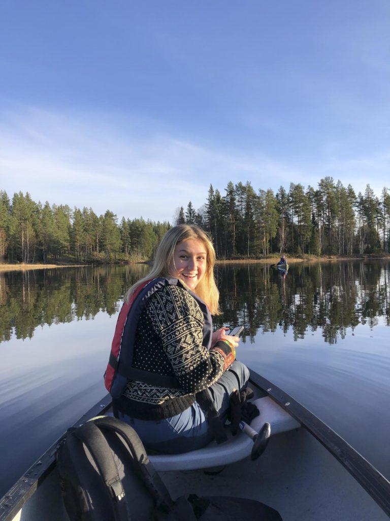Ung kvinne i kano