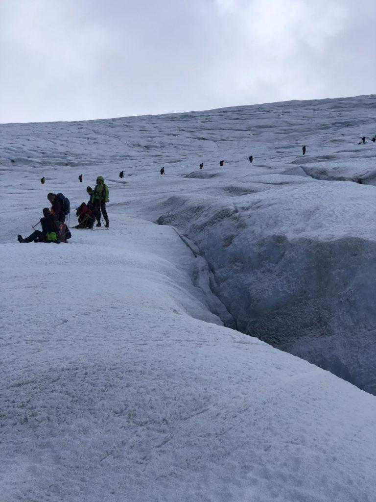 Oversiktsbilde av mange mennesker på en isbre