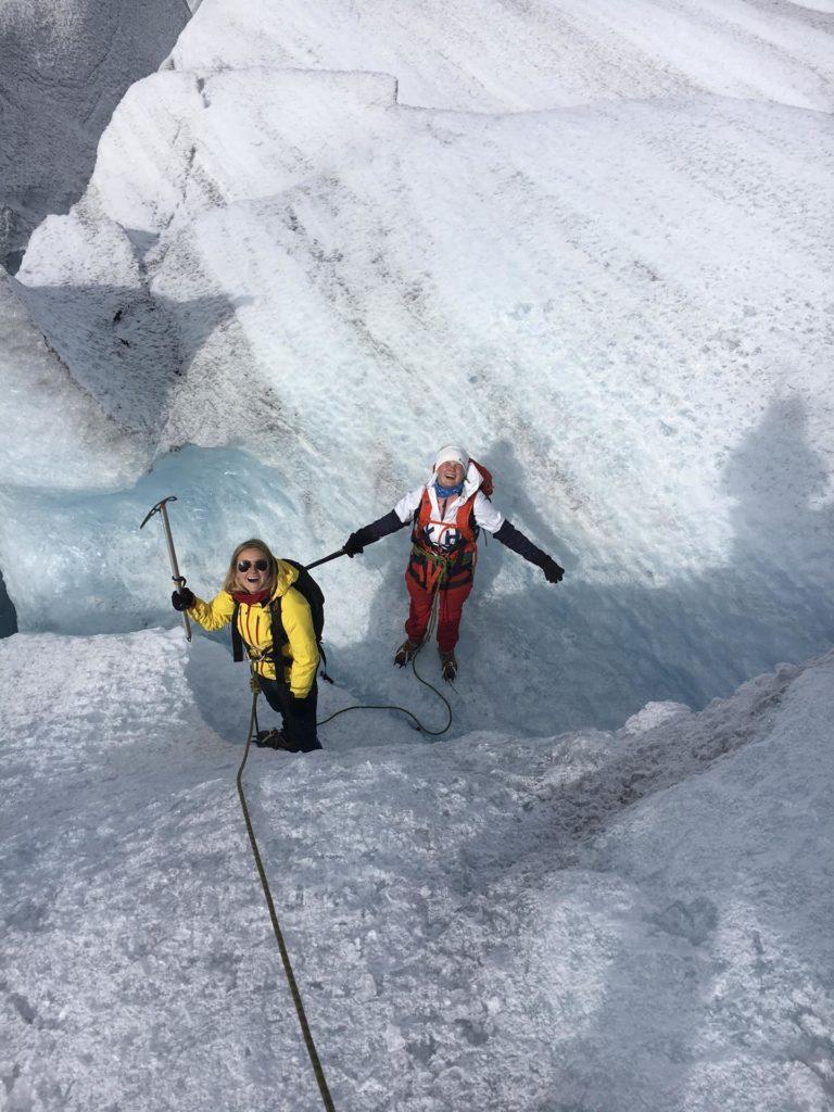 To unge kvinner på en isbre