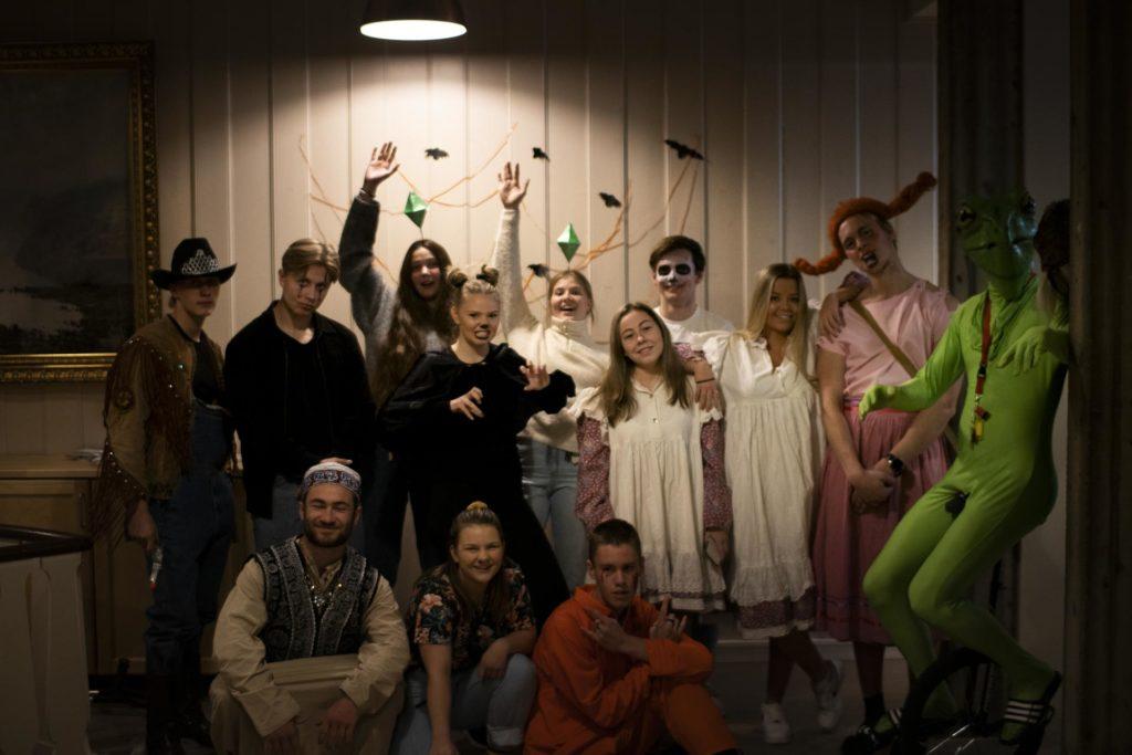 Gruppebilde av unge mennesker kledd for halloween