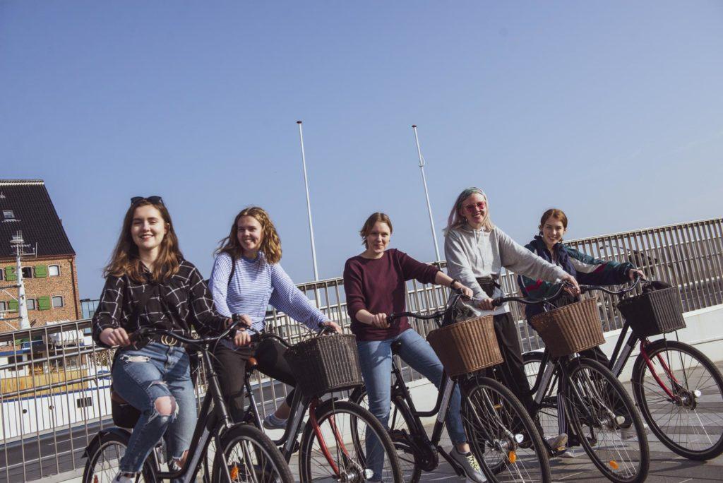 Unge kvinner på sykkel i København