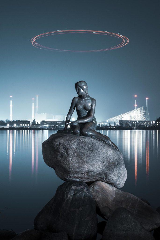 Den lille havfruen med lysende sirkel over hodet i København