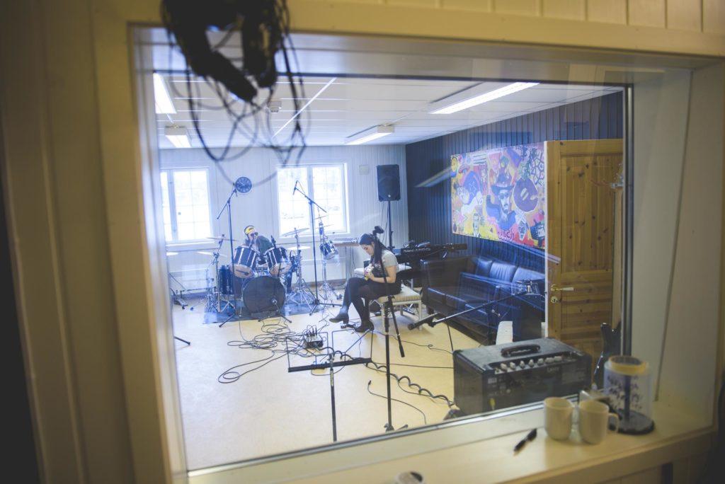 Ung kvinne øver i musikkstudio