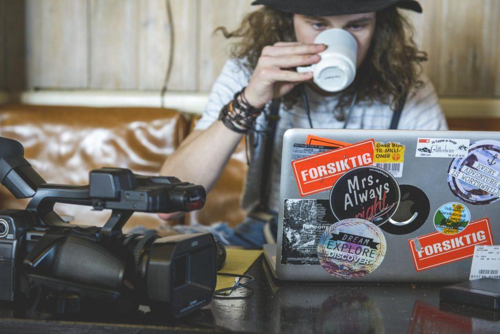 Filmskaper drikker kaffe