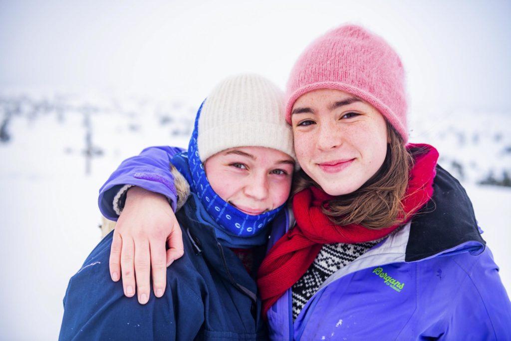 To blide unge kvinner på tur