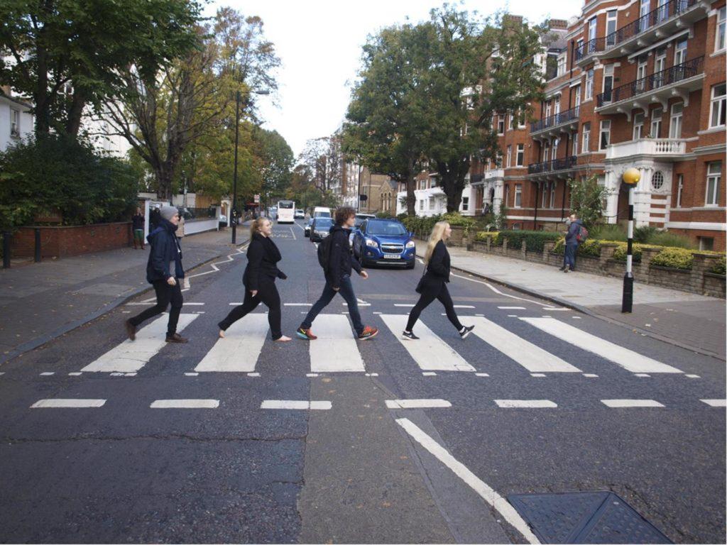 Unge mennesker krysser gangfeltet i Abbey Road