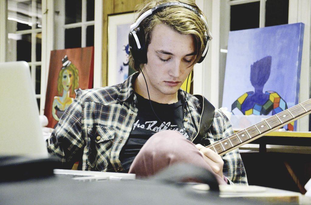 Musiker øver på gitar
