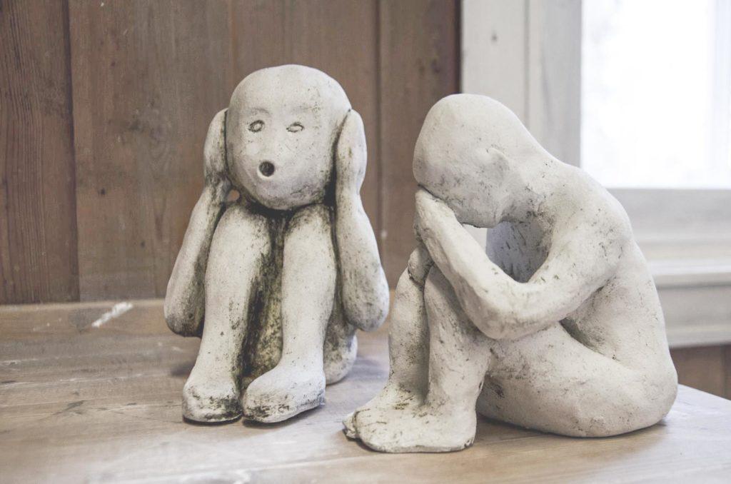 Keramikkskulpturer av mennesker