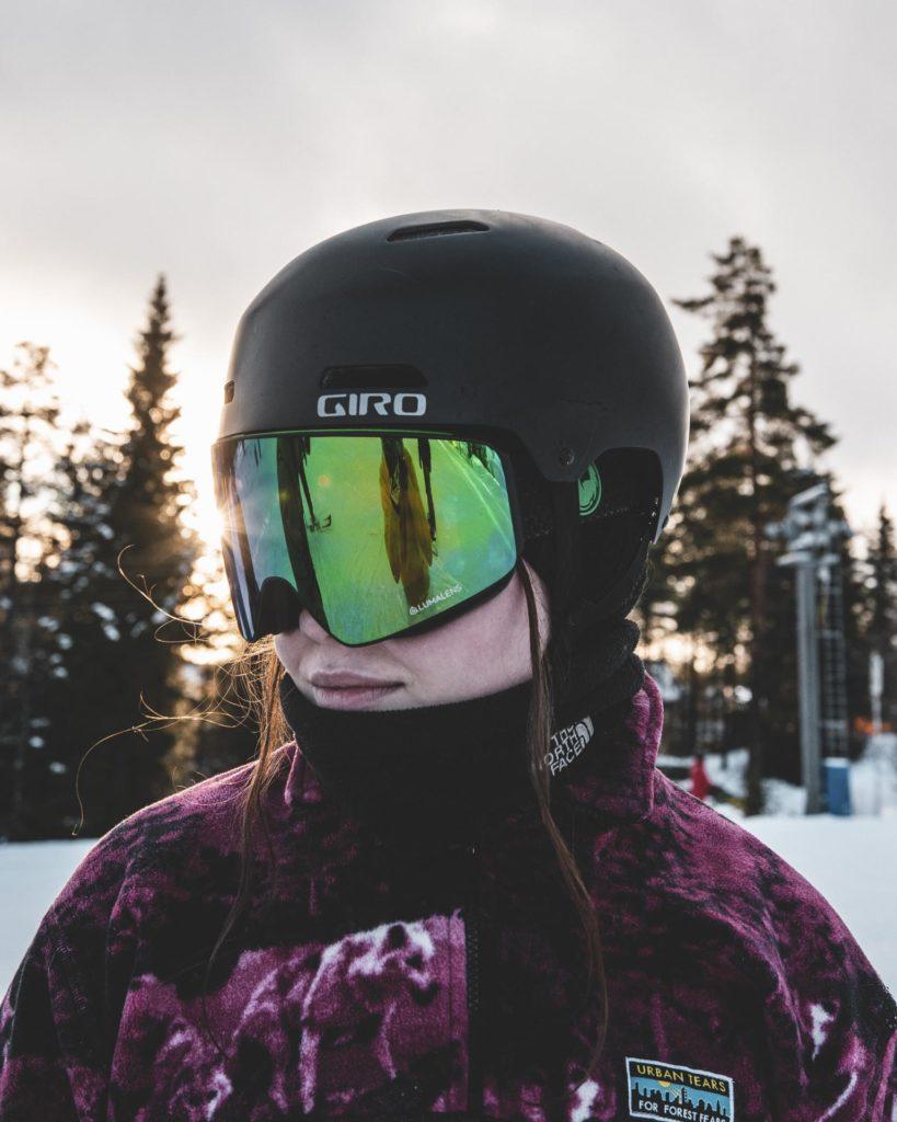 Portrett av unge kvinne med hjelm og goggles