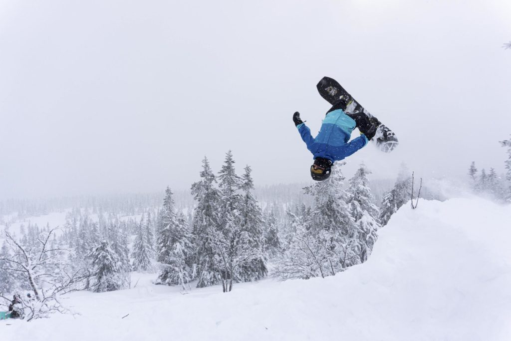 Snowboarder tar backflip I puddersnø