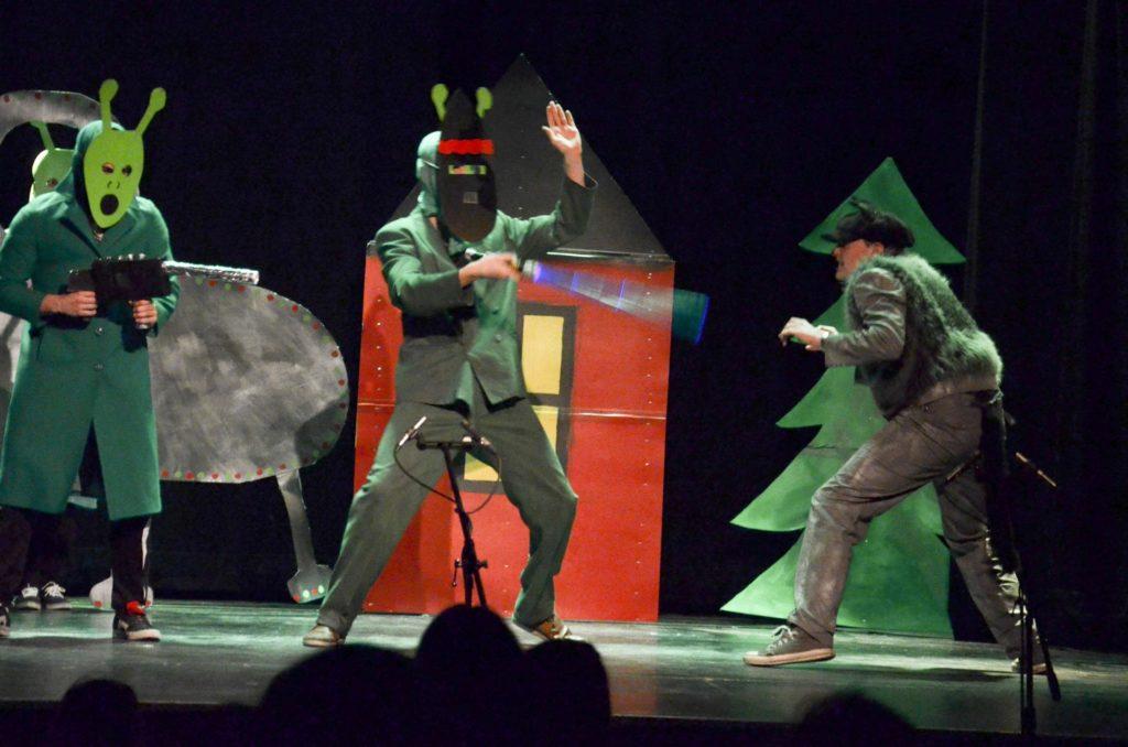 Aliens på scenen under teaterproduksjon
