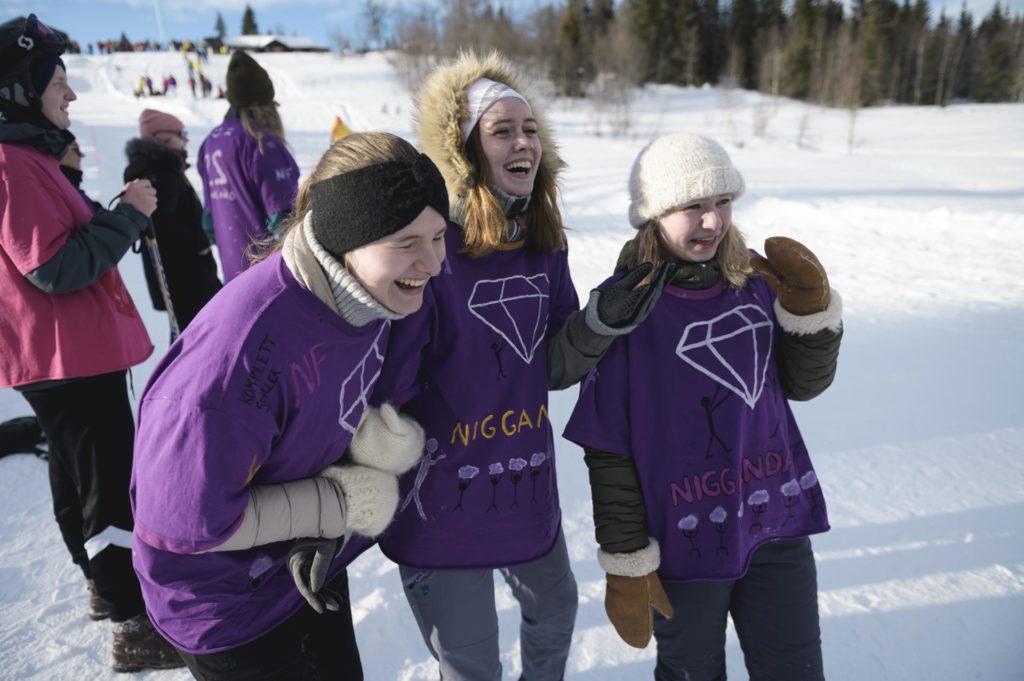 Unge kvinner ler