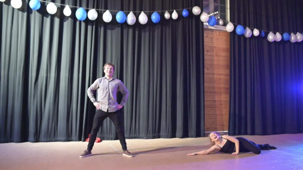 To dansere i en dansesal
