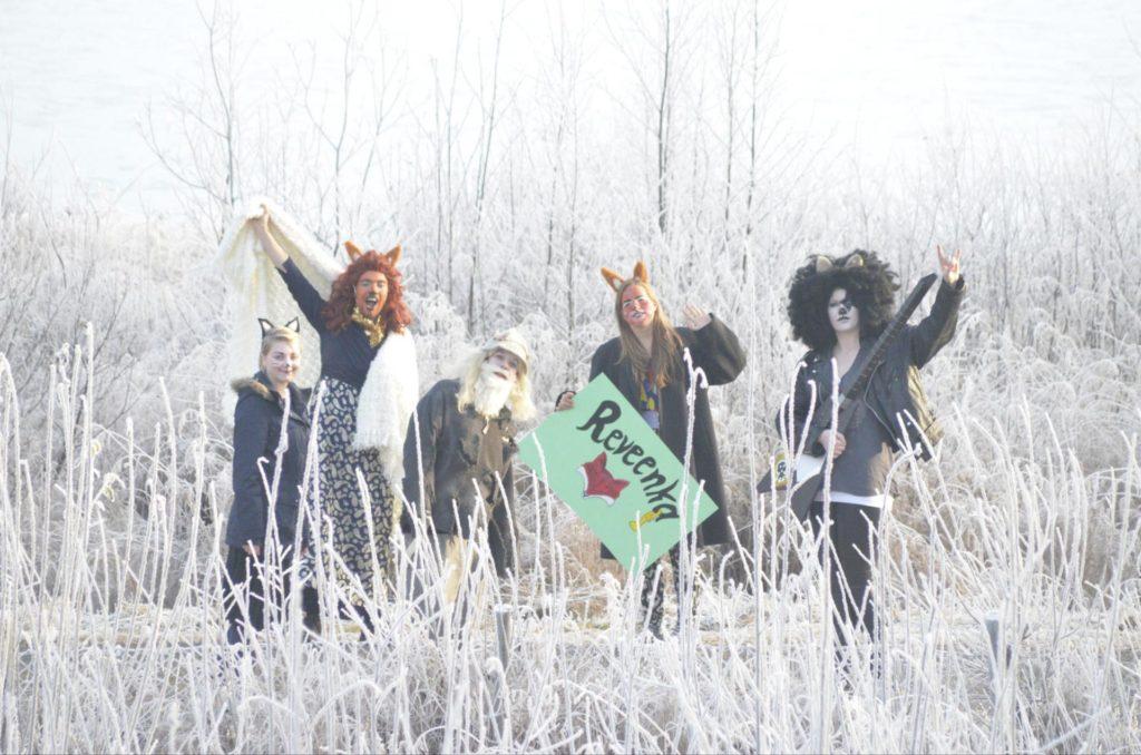 Karakterer fra Reveenka står ute på vinteren