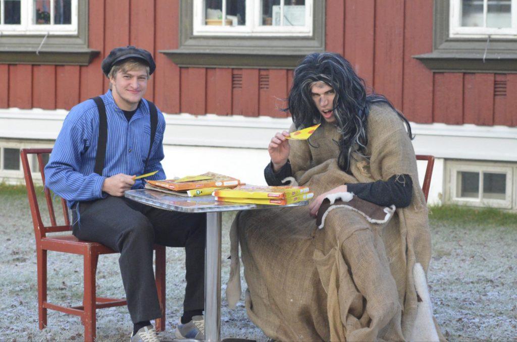 To unge menn spiller ut en scene fra Gutten som kappet med trollet