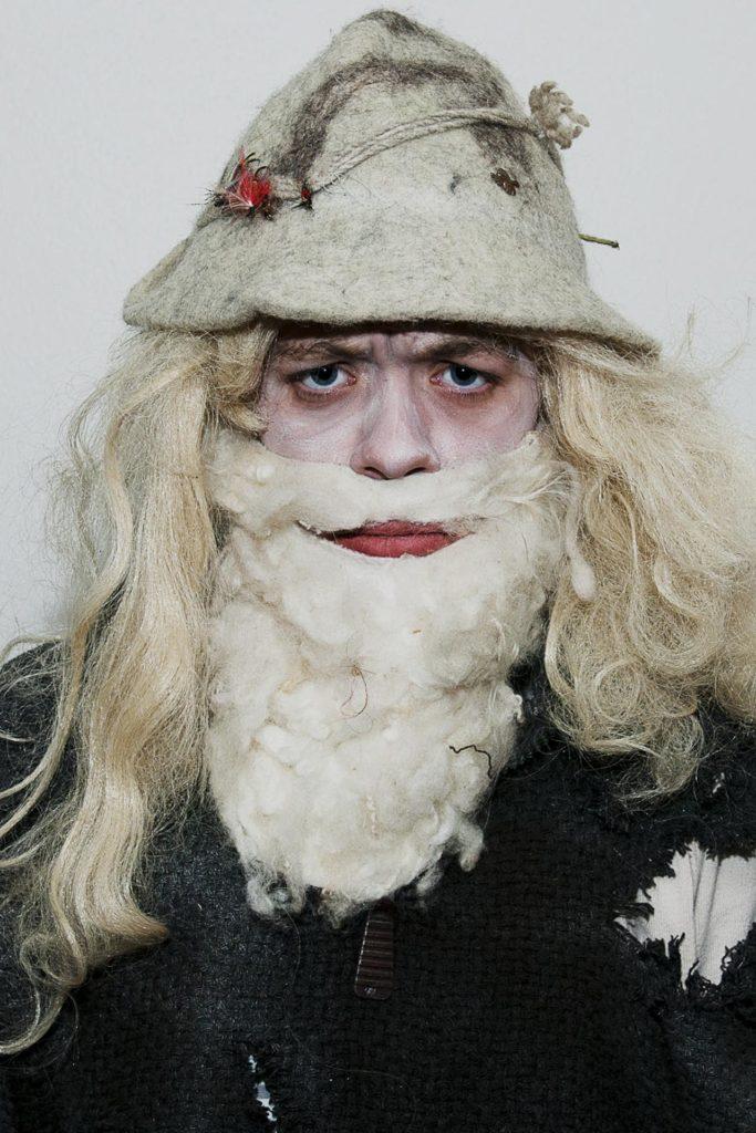 Portrett av kvinne sminket som skjeggete mann til teater