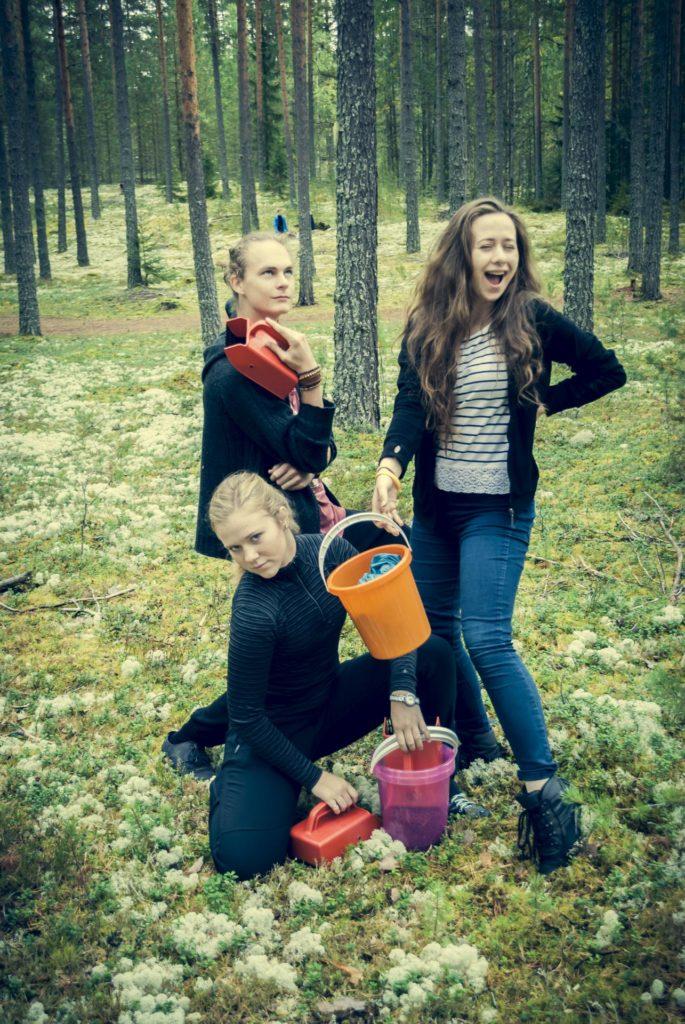 unge mennesker poserer mens de plukker bær