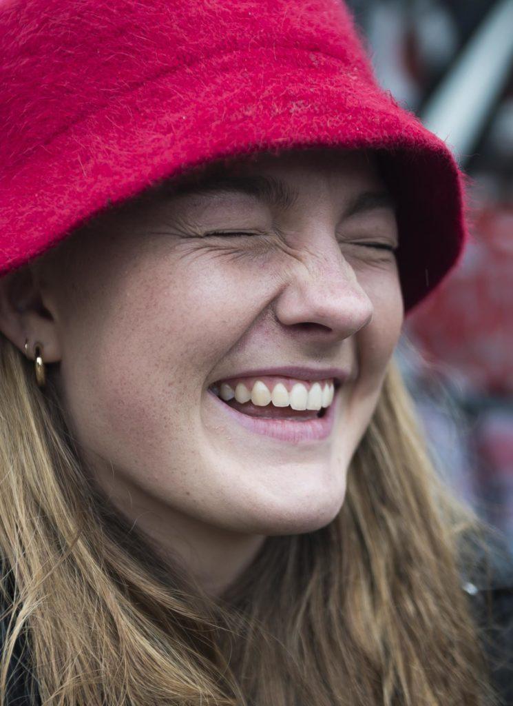 Ung kvinne smiler