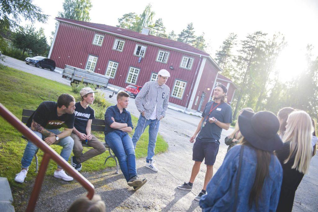 Gruppe mennesker prater utendørs