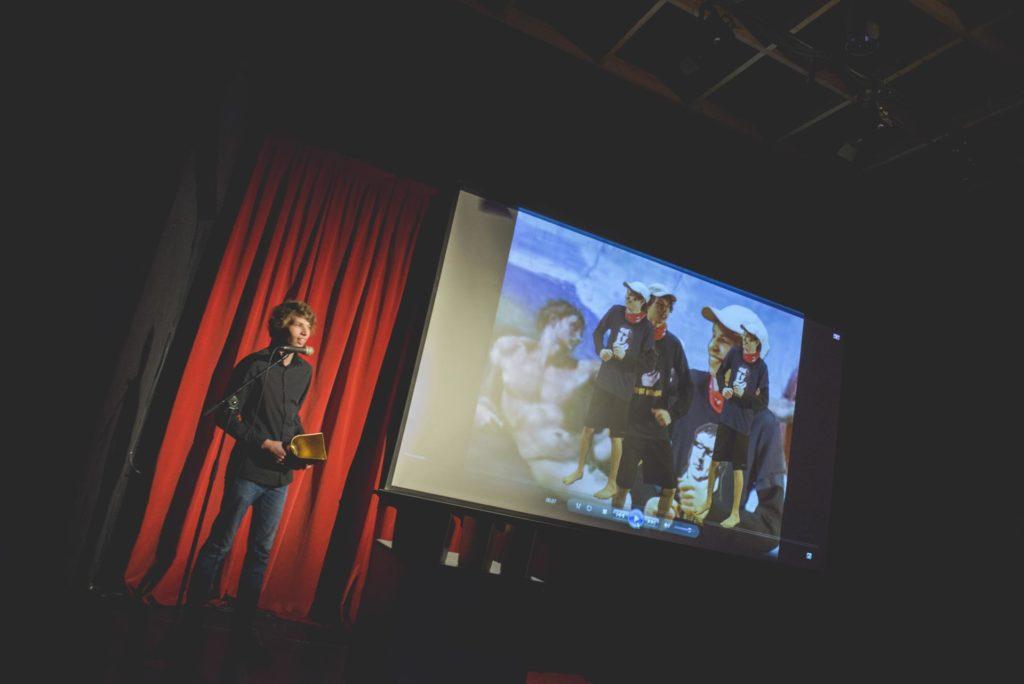Ung namn mottar filmpris på scenen