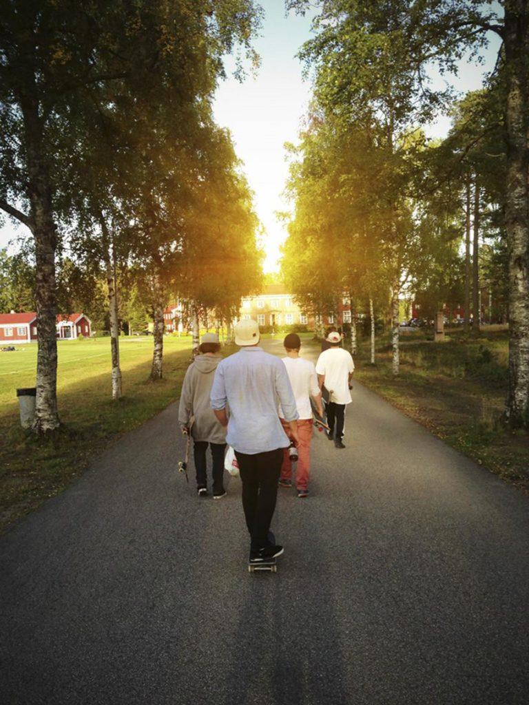 Unge mennekser på vei mot Elverum folkehøgskole i motsol