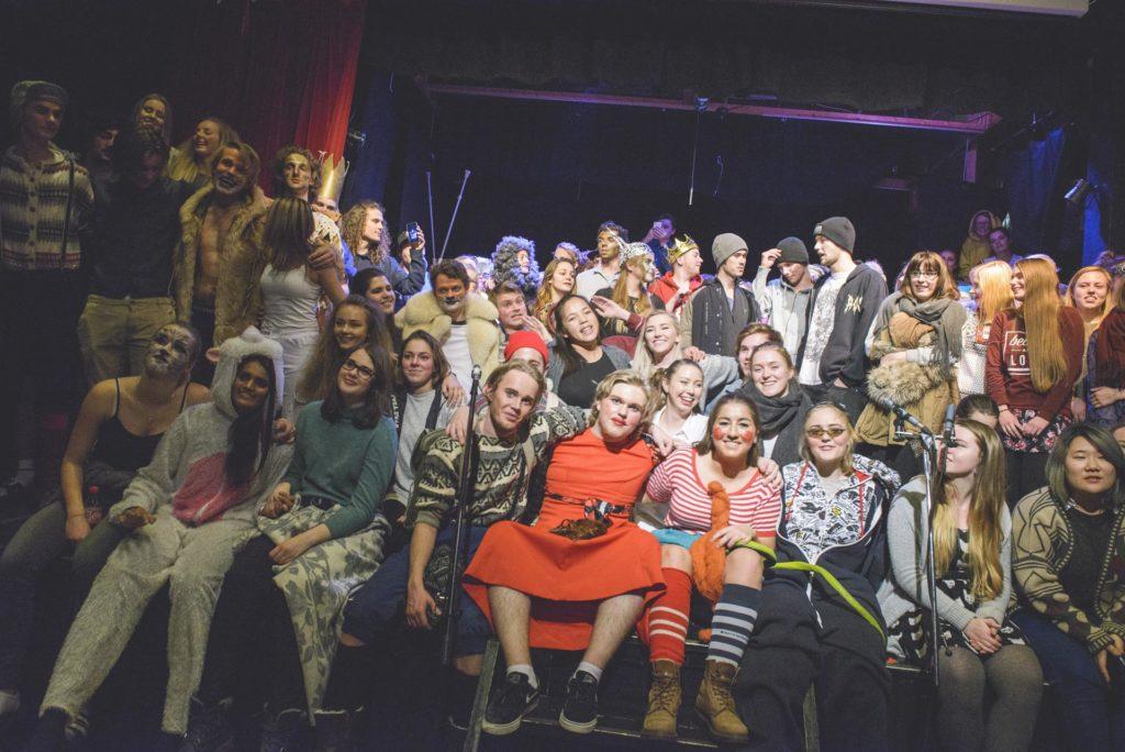 Mange glade ungdommer samlet på scenen etter premiere