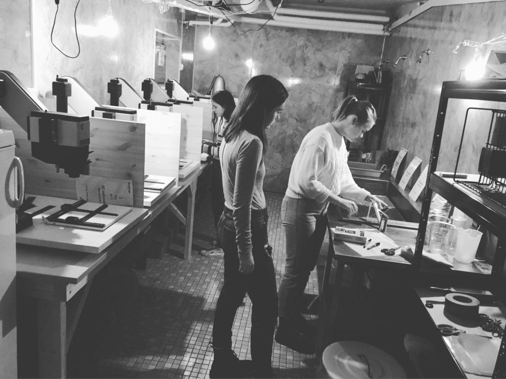 Unge kvinner jobber i mørkerom