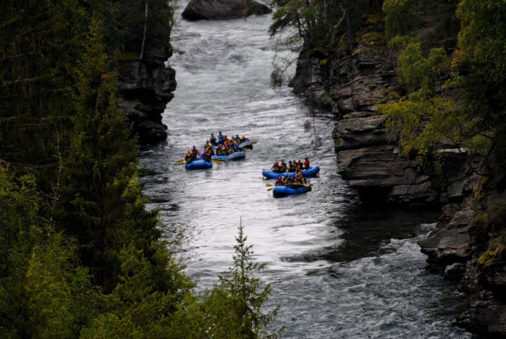 Overview picture of rafting boats