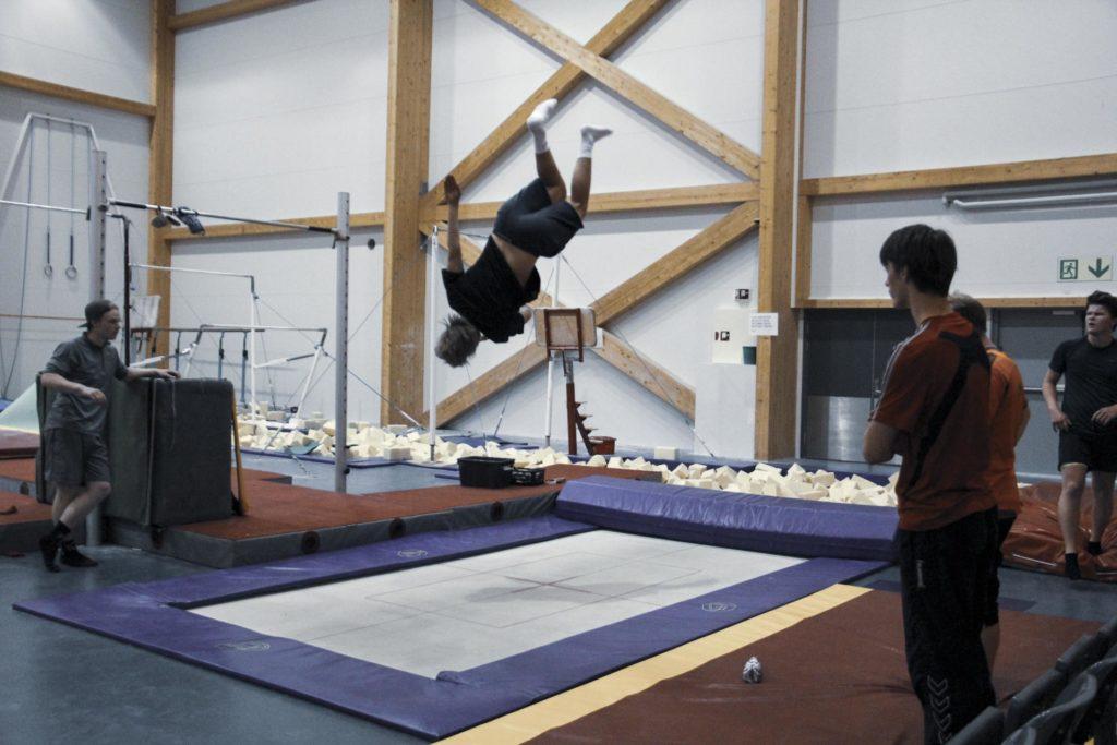 Ung mann hopper på trampoline