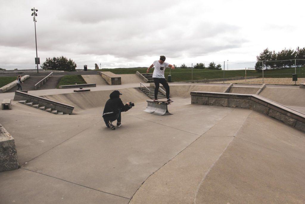 Skateboarder blir filmet mens han railer