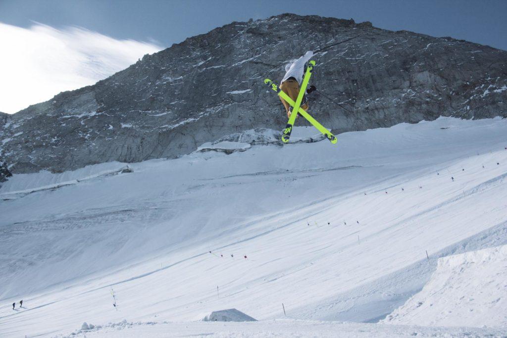 Ski-kjører hopper på bigjump