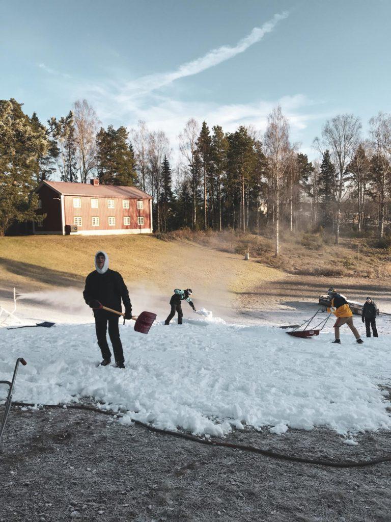 Elever skuffer snø i railpark