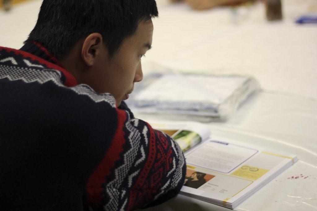 Ung mann i ullgenser studerer