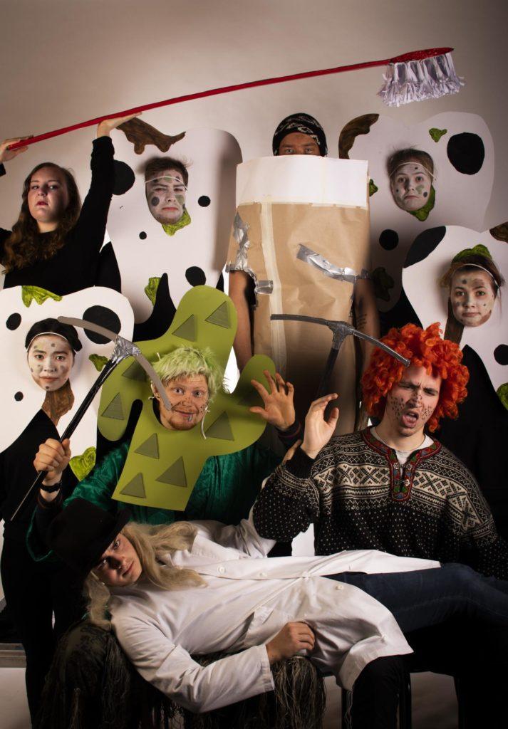 Skuespillere med kostyme poserer i studio