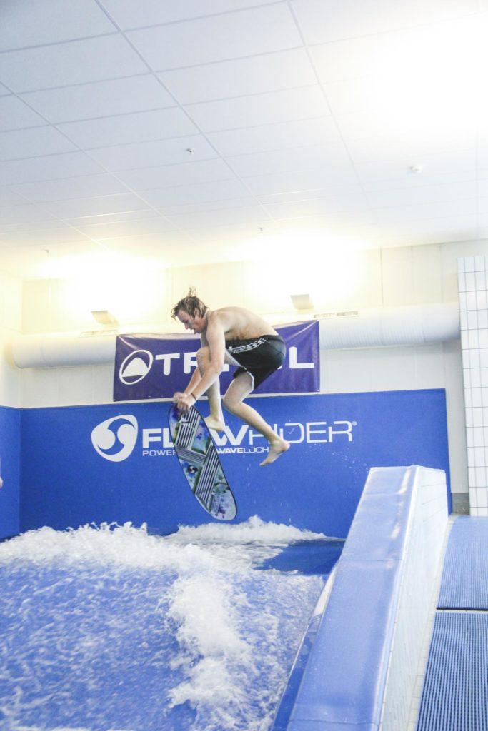 Ung mann hopper ned i FlowRider