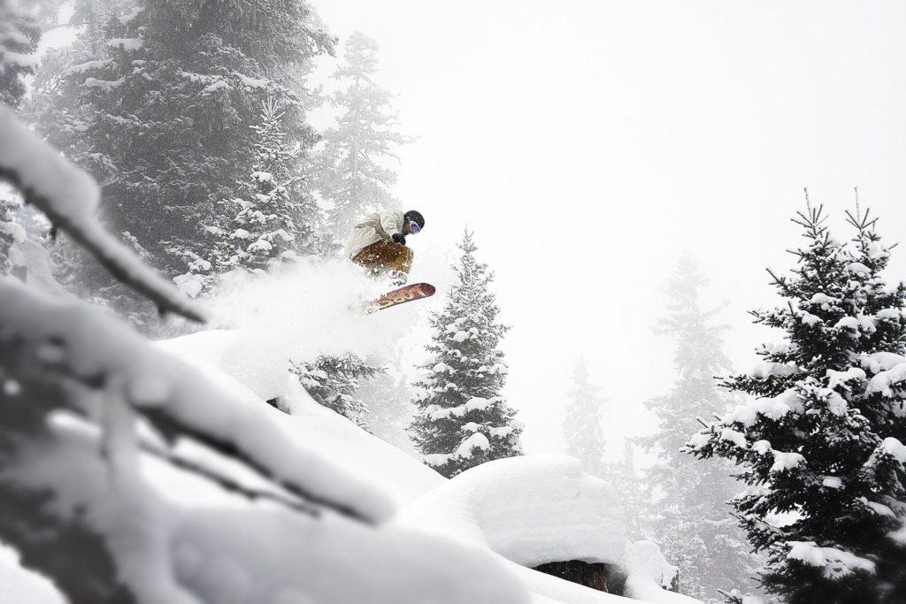 Snowboarder hopper i pudder