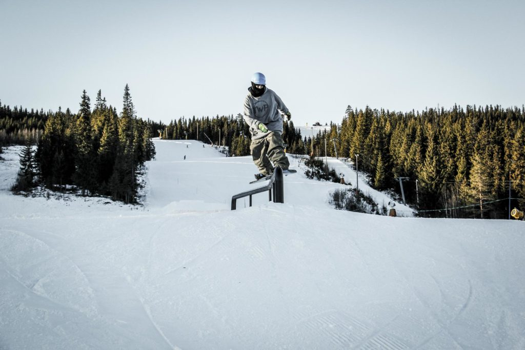 Snowboarder på rail