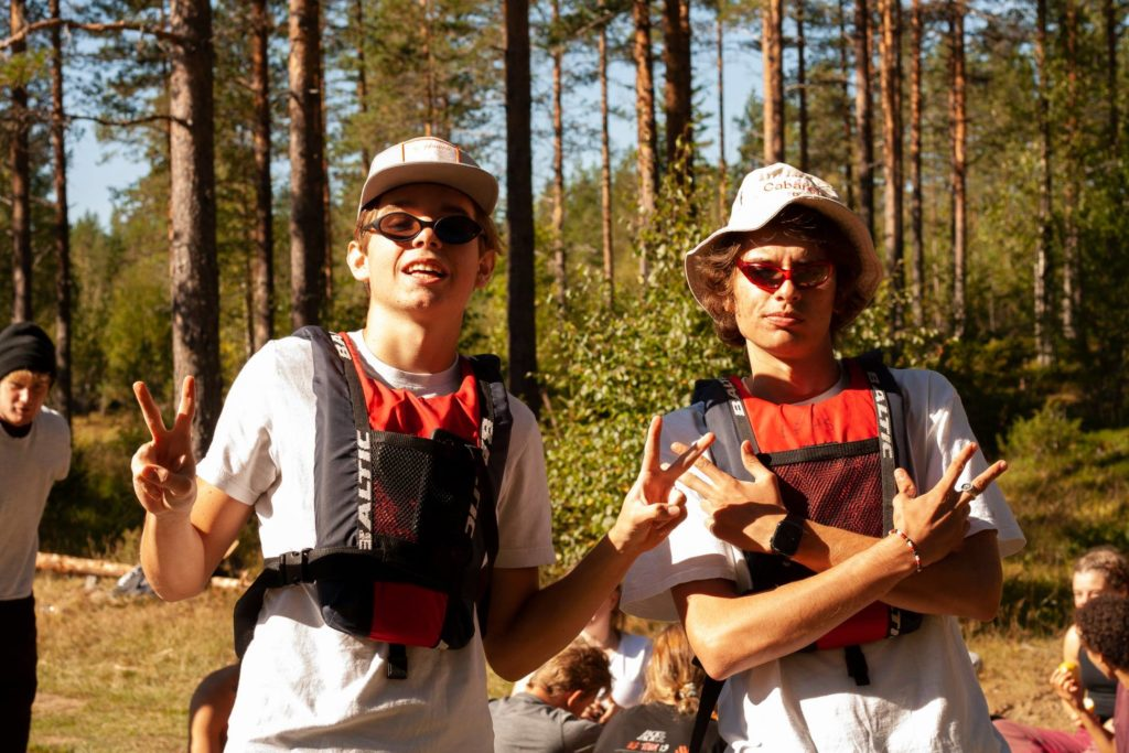 To unge menn med redningsvest