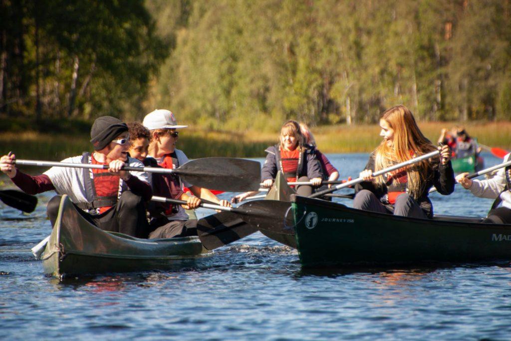 Unge mennesker padler i kano