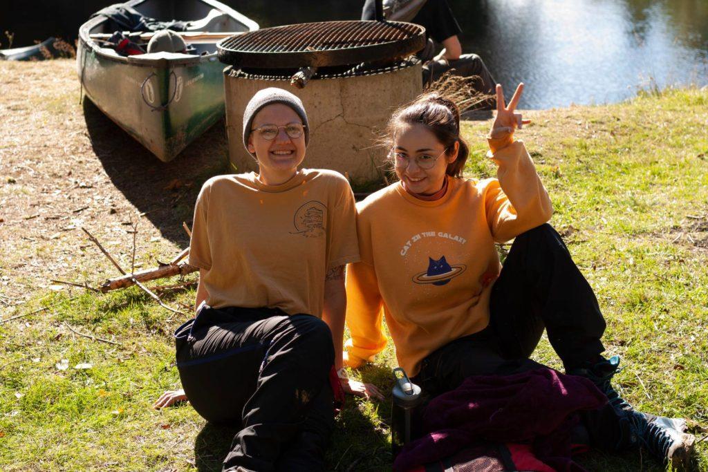 To unge kvinner i naturen