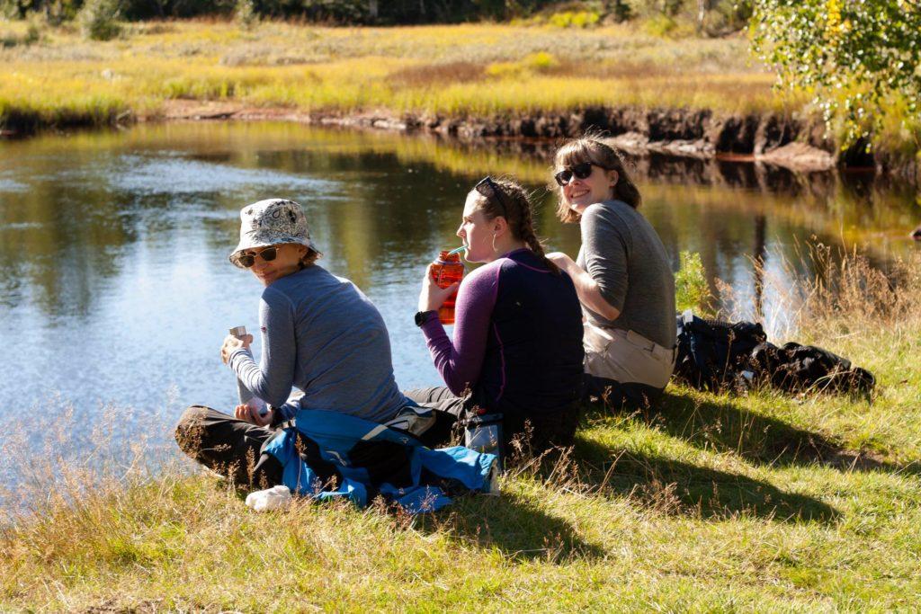 Unge mennesker i naturen