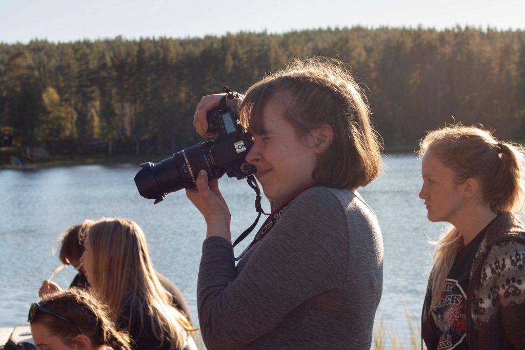 Ung kvinne fotograferer